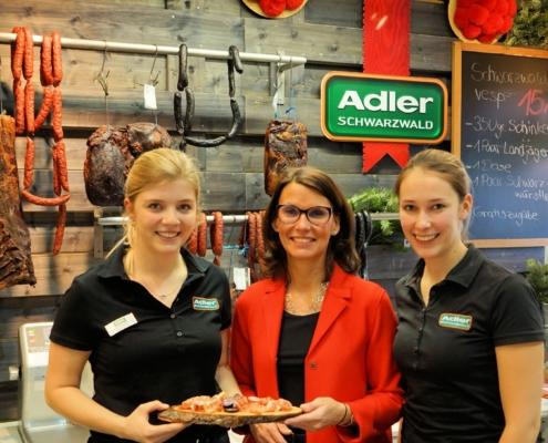 Rita Schwarzelühr-Sutter am Stand der Hans Adler oHG aus Bonndorf, dem Hersteller von Schinken- und Wurstspezialitäten aus dem Schwarzwald